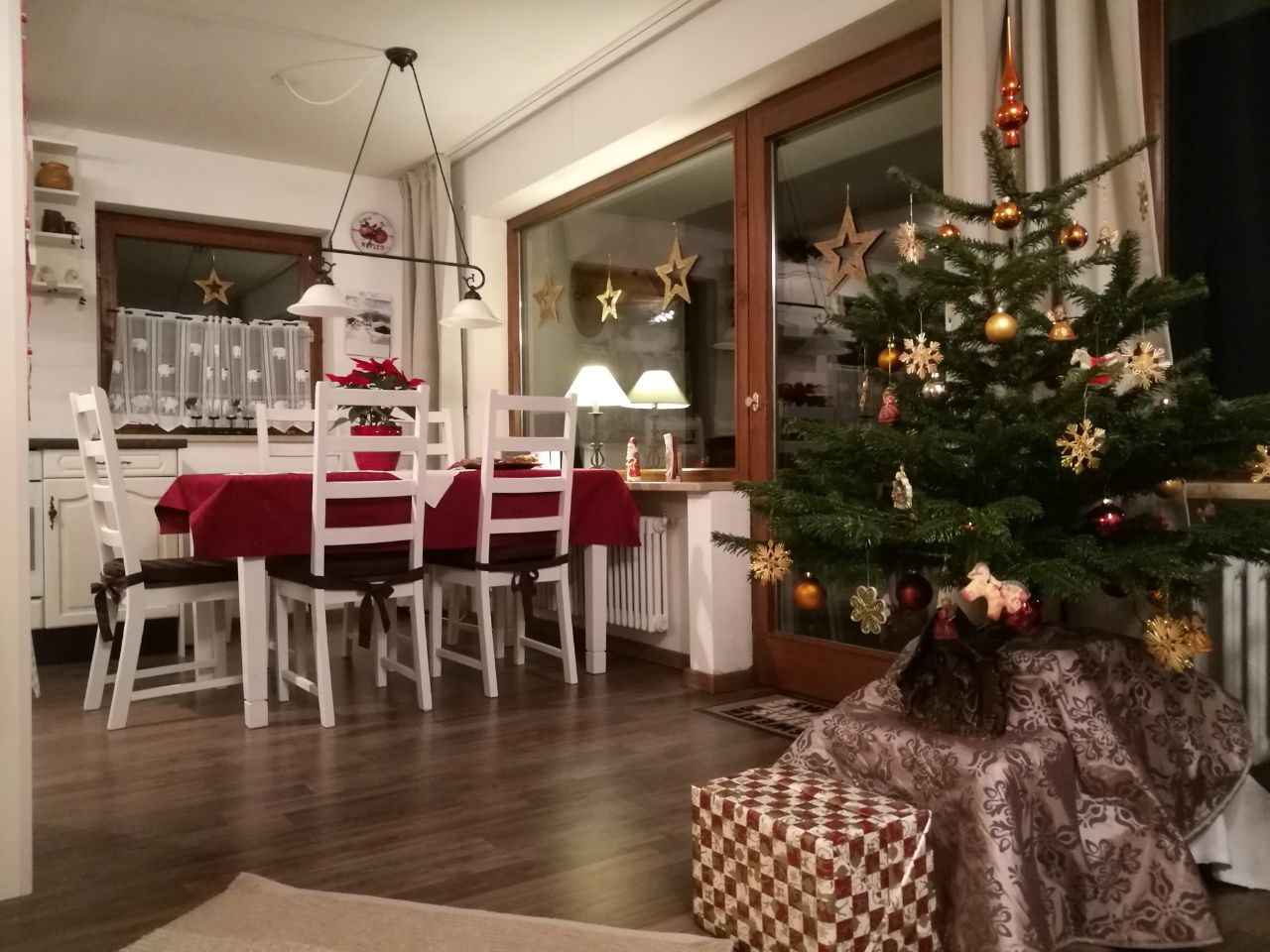 Weihnachten in der Auenwiese mit Weihnachtsbaum